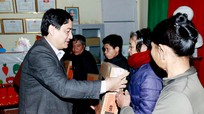 Bí thư Tỉnh ủy Nguyễn Đắc Vinh trao quà hộ nghèo tại thị xã Hoàng Mai