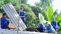 Thanh niên tình nguyện vùng cao đội nắng nóng lợp nhà giúp nạn nhân chất độc da cam