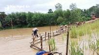 Người dân dầm mình giữa nước lũ cứu xi măng xây dựng công trình dân sinh