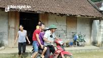 Cụ già 90 tuổi ốm nặng phải lên xe máy chạy lũ