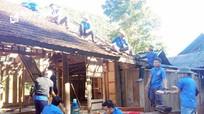 Thanh niên Tương Dương giúp dân tháo dỡ, di dời nhà cửa