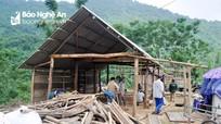 Bà con vùng cao giúp nhau dựng nhà tạm sau mưa lũ