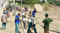 Người dân vùng cao góp tiền làm đường ống dẫn nước về bản
