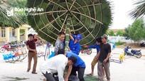 Phụ huynh cùng thanh niên dựng khu vui chơi cho trẻ bằng tre, nứa, lá cọ