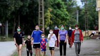 Người dân TP Vinh vẫn tập thể dục ở nơi công cộng, có người không đeo khẩu trang