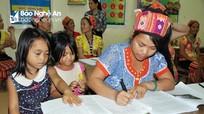 Phụ nữ vùng cao Nghệ An cùng con đến lớp học... đánh vần