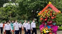 Ban Tổ chức Tỉnh ủy Nghệ An dâng hoa tại Khu Di tích Kim Liên