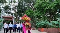 Dâng hoa tưởng niệm Chủ tịch Hồ Chí Minh nhân ngày truyền thống ngành Kiểm tra Đảng