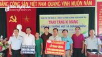 Thanh tra tỉnh trao tặng 50 tấn xi măng cho một số trường học ở Quế Phong