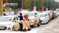 Cảnh sát căng mình điều tiết giao thông những ngày cận Tết ở thành phố Vinh