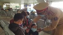 Công an TP Vinh và TX. Thái Hòa phát khẩu trang miễn phí cho người đi đường
