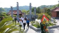 Đồng chí Nguyễn Xuân Sơn dâng hương tại Khu Di tích lịch sử Quốc gia Truông Bồn