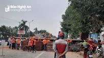 Xe đầu kéo chở gạch lật nghiêng giữa Thành phố Vinh, giao thông ách tắc