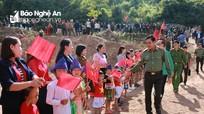Giám đốc Công an tỉnh chung vui Ngày hội Đại đoàn kết với người dân biên giới Kỳ Sơn