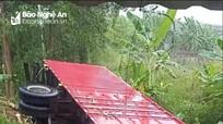 Nghệ An: Xe tải lao vào vườn nhà dân sau khi bay qua dải phân cách