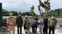 Công an thị xã Hoàng Mai hỗ trợ một gia đình đi xe đạp từ Nam Định về Kon Tum