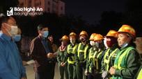 Liên đoàn lao động tỉnh tặng quà cho công nhân lao động làm việc đêm Giao thừa
