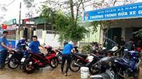 Thanh niên rửa xe gây quỹ giúp người nghèo