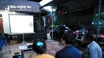 Người dân mang máy chiếu ra sân để cả làng xem chung kết World Cup