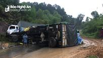 Xe tải lật nhào sau cú đâm trên dốc cua, tài xế thoát nạn