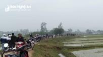 Nam thanh niên tử vong bất thường  bên xe máy giữa đồng