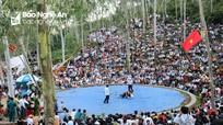 Hàng nghìn người háo hức theo dõi sới vật Lễ hội đền Vua Mai