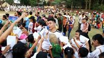Học sinh vây cầu thủ U21 SLNA xin chữ ký trong buổi giao lưu bóng đá từ thiện