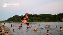 Nắng khốc liệt, người dân trung du Nghệ An kéo nhau ra sông Lam 'giải nhiệt'