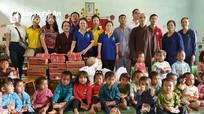 Chùa Đức Hậu trao tặng hàng trăm suất quà cho thiếu nhi huyện biên giới Nghệ An