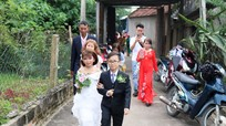 Sau lễ cưới, vợ chồng 'cặp đôi tí hon' cùng gia đình tham quan quê Bác rồi ra Hà Nội làm việc