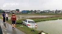 Nghệ An: Xe con đâm gãy cột mốc lộ giới, lao xuống ruộng nát đầu