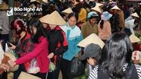Chợ quê ở Nghệ An: Người dân chen chúc mua bán phớt lờ Covid-19