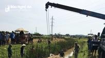 Xe chở lúa lật xuống mương, một nông dân ở Nghệ An tử vong