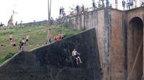 Bất chấp cảnh báo, người dân vẫn tắm cửa kênh, nhảy cầu cao cả chục mét