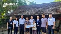 Trao tặng 20 triệu đồng giúp đỡ gia đình người phụ nữ đơn thân có con trai gặp nạn, mẹ mù lòa