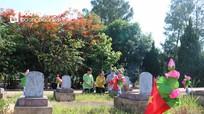 Xúc động khi về thăm các nghĩa trang liệt sĩ quốc tế ở Nghệ An