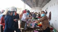 Người dân đi chợ quê Nghệ An tự giác đeo khẩu trang phòng dịch Covid-19