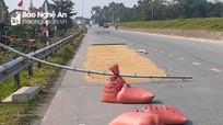 Nguy cơ tai nạn giao thông từ vật cản cảnh giới phơi lúa trên đường