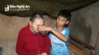 Hoàn cảnh đáng thương của nam sinh lớp 8 nuôi bà bại liệt