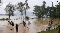 Chính quyền, nhân dân vùng hạ huyện Thanh Chương khẩn trương 'vượt lũ'