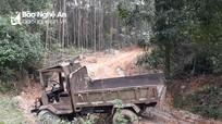 Xe công nông chở cát tuột dốc đè một phụ nữ tử vong