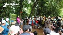 Du khách về thăm quê Bác tuân thủ các biện pháp phòng dịch