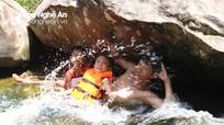 Người dân miền núi Nghệ An đổ xô đi thác giải nhiệt