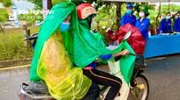 Phụ huynh Nghệ An 'chấp' mưa lớn đưa đón thí sinh đi thi