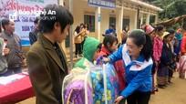 Trao tặng quà, áo, chăn ấm cho học sinh, người dân miền núi
