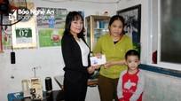 Siêu thị Bố Mẹ Bé trao tặng quà cho cậu bé mắc bệnh tim bẩm sinh