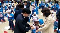 Nhóm thiện nguyện Niềm tin trao 20 triệu đồng và 390 chiếc áo cho học sinh Kỳ Sơn