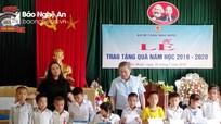 Kiểm toán Nhà nước tặng quà học sinh nghèo ở Quế Phong