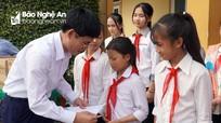 Đảng ủy Khối Các cơ quan tỉnh tặng quà học sinh nghèo ở Hưng Nguyên