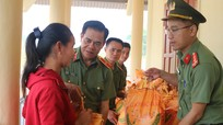 Công an Nghệ An trao quà cho người dân và lực lượng vũ trang huyện Kỳ Sơn